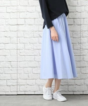 トップスが暗めの色でも、スカートがサックスブルーならあっという間に軽やかなコーデに。タイツが要らない季節は長め丈のふんわりシルエットにお任せ♪
