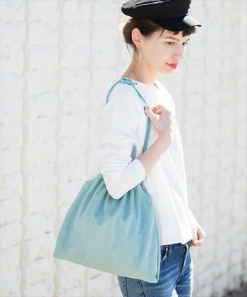 シンプルコーデにサックスブルーを差し色として使うなら。バッグが断然おすすめです。紐が細めの物をチョイスして華奢にスタイリング。