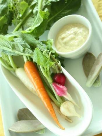 豆腐やお味噌を使った和風なバーニャカウダ。優しくヘルシーな味わいに!ミニ野菜で食べると見た目もお洒落でなので、パーティーシーンにもおすすめです。