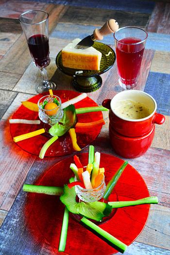 パルミジャーノ・レッジャーノをたっぷり加えた濃厚で美味しいソースは、カラフルな野菜スティックで楽しんで♪