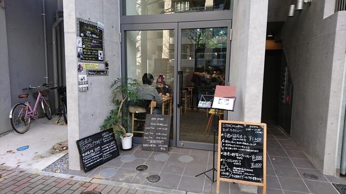 六義園のすぐ目の前にあるのが、カフェ「uzna omom」(ウズナ オムオム)。原宿に本店を持つ人気のカフェで、こちらの駒込店には六義園の景色が見えるロフト席があります。