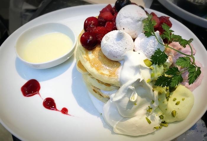 人気メニューは月替わりで違う味を楽しめる「パンケーキ」。季節の素材や彩りを取り入れたメニューで、毎月通いたくなる美味しさです!
