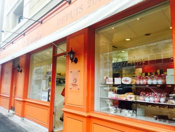埼玉は浦和、県庁裏の中山道沿いにある人気パティスリー「アカシエ(Acacier)」。 街中でもひときわ目立つオレンジ色の外観は、パリの建物を忠実に再現した造りとなっています。