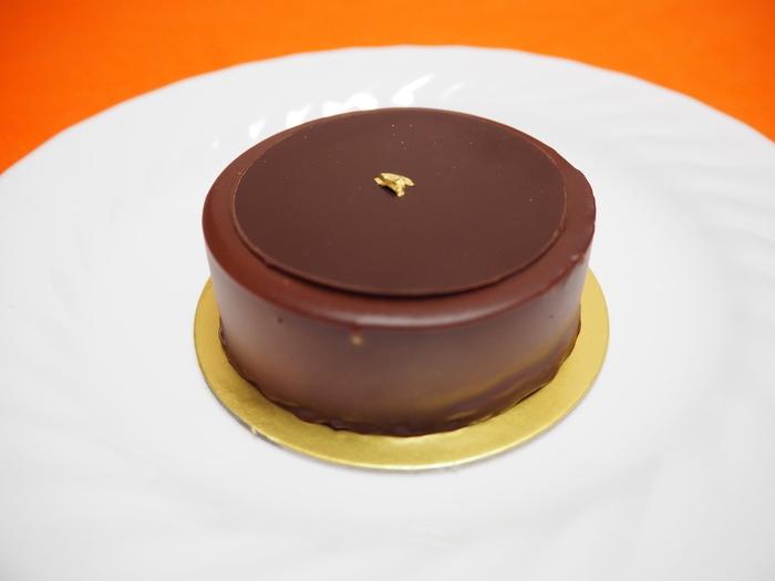 素材をとことん追求し、「パリそのものの味を届ける」という情熱がそそぎ込まれたケーキからは、それぞれ上品さと堂々たる佇まいが感じられます。