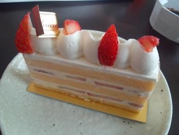 ■ル・ショートケーキ■ 薄いカットが印象的。甘さ控えめ上品なイチゴショートは老若男女に愛される一品です。
