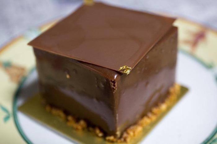 ■スーヴニール■ 超濃厚なチョコレートのケーキです。 ずっしり重いですが飽きがくることはなく、何度でも食べたくなってしまう美味しさです。 苦めのコーヒーと一緒に楽しんでみてはいかがでしょうか。