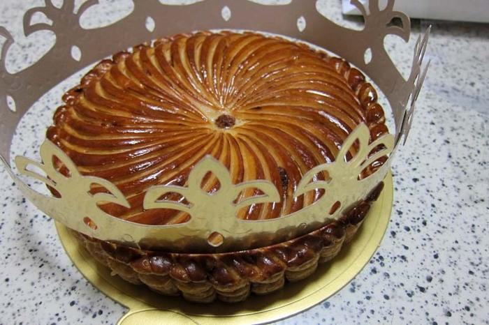 ■ガレット・デ・ロワ■ フランス語で「王様のお菓子」という意味のお菓子。毎年1月6日のエピファニーの祝日に皆で切り分けて食べます。 アーモンドクリームとパイ生地の中に潜んだ小さな陶器製の「フェーヴ」を見事に当てた人は、その幸運が1年続くとも言われています。
