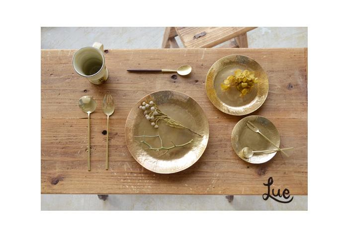 金属だけれど、どこか優しい佇まい。少しマットな光沢がやさしい真鍮の食器は、岡山県瀬戸内市に拠点を置くブランド、「Lue(ルー)」のもの。ナチュラルな食卓空間を品よく、とても表情豊かに見せてくれる。真鍮には、なんだか魔法のような力があるみたい。