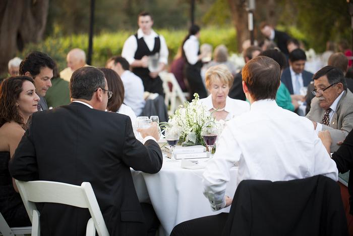 お庭での食事はかしこまりすぎず、出席者も楽しめます