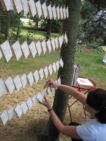 席札を木と木の間にぶら下げるという斬新なアイディアで、ゲストを楽しませる遊び心。