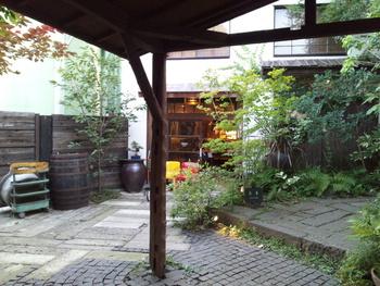 飲食だけにとどまらないのが「熊澤酒造」の凄さ。 かつて酒樽などの修理や製作を行う工房として使われていた「桶場」という倉庫をギャラリー&雑貨のお店「okeba(おけば)」にリノベーション!