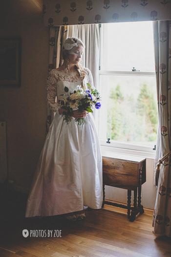 繊細なレースの袖付きドレス。 ナチュラルでかわいらしい印象のドレスです。