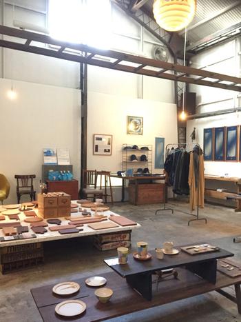 1階のフロアでは地元のアーティストの作品やヴィンテージ家具・雑貨などを展示・販売。