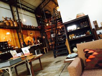 2階では、絵本などの古書のコーナーや、個展・ワークショップのスペースとして使われています。