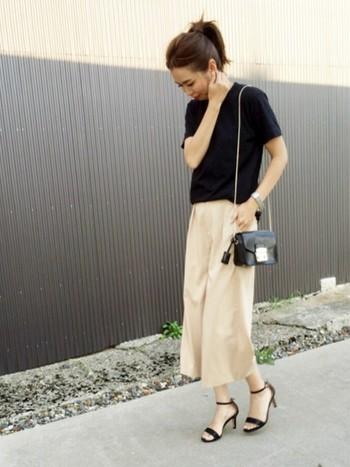 足元が華奢になればなるほどカジュアルさが薄れ、フェミニンな雰囲気が漂います。