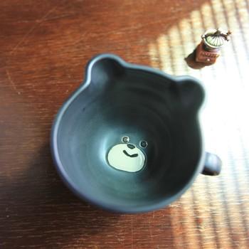 こちらのカップは、底にクマの顔が丁寧に絵付けされたもの。早く顔を見たくて、すぐに飲み終えたくなりますね。大量生産では感じられない、手作りの温かみが感じられます。