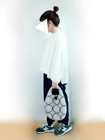 まるい型がかわいい布バッグ。エッグバッグという名のとおり、生命を守り育む「卵」を意味しているそう。コーデの主役として持ちたいですね。