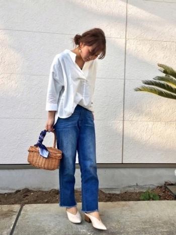 定番カジュアルスタイルにもスカーフやバンダナをアクセントにしたかごバッグがあれば、春夏らしい雰囲気に。