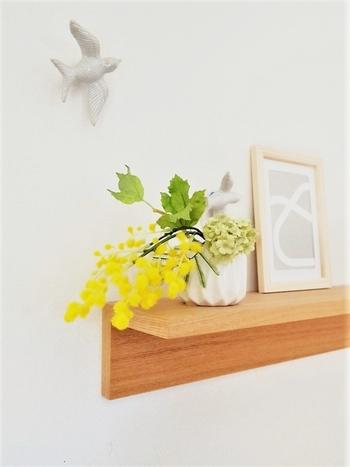 こちらはリビングのディスプレイ棚に、季節のお花をちょこん。さりげなく小鳥を飛ばして、ストーリー性のあるディスプレイになっています。
