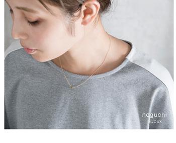 メンズライクなトップスも胸元のアクセひとつでこの通り、すこしフェミニンな雰囲気に。