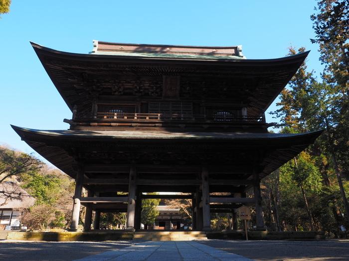 神奈川県鎌倉市にある円覚寺は、13世紀末に北条時宗によって建立された臨済宗の寺院です。圧倒的な存在感を放つ三門は、神奈川県の重要文化財に指定されています。