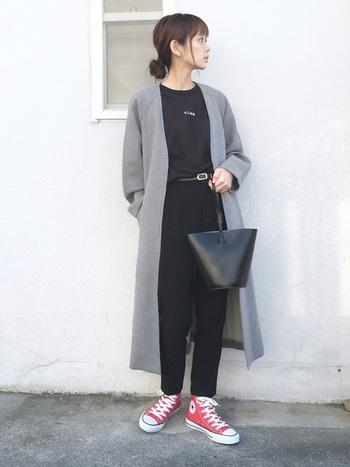 持ち手が細くてクラッチバッグ感覚で持てるバケツバッグ。女性らしい華奢な印象に。ワンピースやスカートコーデにもよく合いそう。