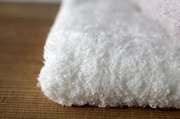 素材はオーガニックコットン。そして数ある綿の中でも繊維が長いスーピマコットンを使っています。だから、ふわふわなだけでなく、吸水性も抜群。さらに乾きやすい、とどこまでも優秀なタオルです。