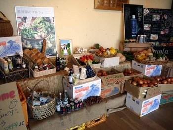 厳選された加工品も人気。 淡路島のバジルを使った、バーニャカウダソースは絶品なんだそう。