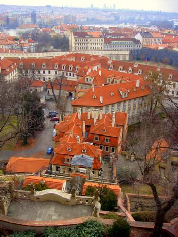 プラハ城からは素晴らしい眺望が待っています。どこまでも続く赤い屋根をした家々とヴルダヴァ川が見事に融和し、素晴らしい景観美を作りだしています。