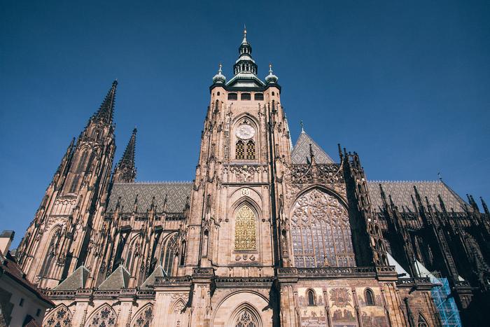 天を突く尖塔を持ち、重厚感ある佇まいで圧倒的な存在感を放つ聖ヴィート大聖堂は、プラハ城敷地内にある大聖堂です。ゴシック様式の代表例とも称される聖ヴィート教会は多くのボヘミア王が眠るチェコ最大の教会です。