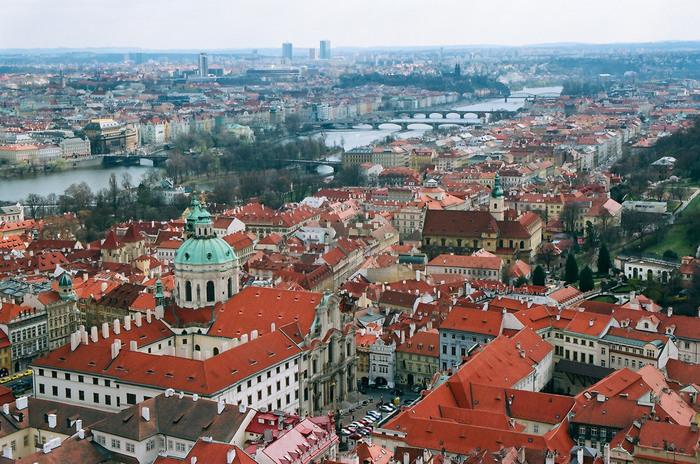 聖ヴィート大聖堂を訪れたら、ぜひ、塔に登ってみて下さい。ヴァルタヴァ川、どこまでも続く赤い屋根、豊かな緑が織りなす景色は絶景そのものです。