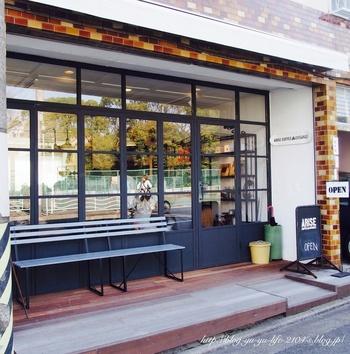 清澄庭園から道路を隔ててすぐの場所にあるのが、こちらのカフェ【ARiSE Coffee Entangle】(アライズ コーヒー エンタングル)。一軒家をリノベーションした親しみやすい雰囲気のカフェで、一杯ずつ豆から挽いて淹れるコーヒーが評判です。