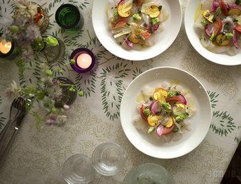 """ナチュラル感漂う""""もみの木""""柄のテーブルクロス。自然でやさしいデザインが食卓をあたたかくコーディネートしてくれます。"""