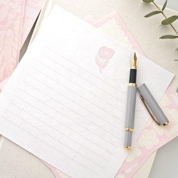 普段、万年筆を常用しない人でも、誰かに送る特別な手紙のときには万年筆を使うという人も多いです。自然と背筋が伸びそうですね。