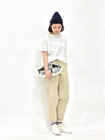 きれいめにもカジュアルにも履きこなせるチノテーパードパンツ。シンプルなTシャツにスニーカースタイル。クラッチバッグが着こなしのアクセントに。