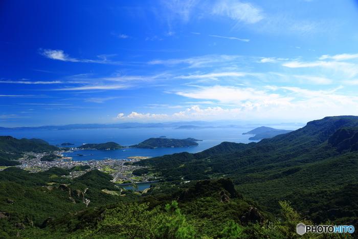 【画像は小豆島にある渓谷「寒霞渓」。小豆島のほぼ中央部に位置し、日本三大渓谷美や日本三大奇勝の一つとして数えられています。ロープウェイが通り、乗り込めば5分程度で山頂へ到着します。四季折々美しい景色を望めますが、特に秋の紅葉時は絶景としてよく知られています。】
