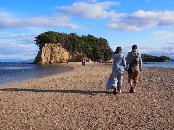 エンジェルロードは、小豆島で人気の観光スポットです。 エンジェルロードを手をつないで渡った二人は、将来結ばれると口コミで伝わり、遠方から多くの恋人たちが訪れます。