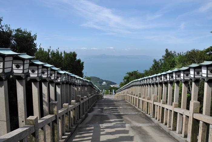 小豆島には、エンジェルロード以外にも、数々のパワースポットがあります。 「長勝寺奥之院 西の瀧」もその一つ。小豆島で最古の寺院で、悪事を働いていた龍を弘法大師が壺に閉じ込めたという伝説が残っています。寺院の本殿奥にその壺が祀られています。 【画像は「西の瀧」へと続く石段。】