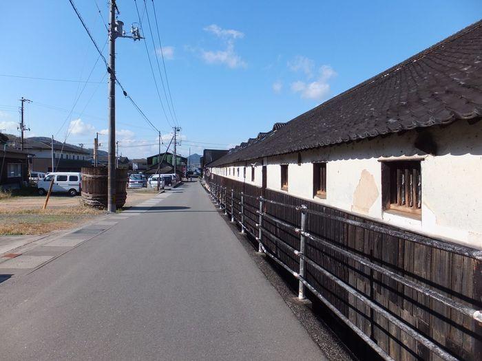 小豆島では古くから醤油作りが盛んな地域です。今でも醤油蔵や佃煮屋が軒を並べ、醤油や佃煮を作っています。軒が連なる一帯は「醤の郷(ひしおのさと)」と呼ばれています。醤油の香ばしい香りが漂う、風情ある町並みです。