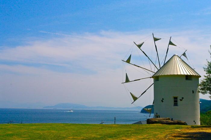 真っ白なギリシャ風車があるのは、「道の駅 小豆島オリーブ公園」。 オリーブやハーブ等の小豆島ならでは土産や産物を販売する売店の他、レストランが併設されています。