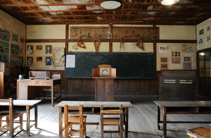 当時そのままの机やオルガンが残る教室からは、穏やかな瀬戸内海も望めます。 壺井栄の原作を知らずとも、どこか懐かしさを覚える教室の風景ですが、あの作品の切なさを重ねた方が、もっと色濃く感じるはず。