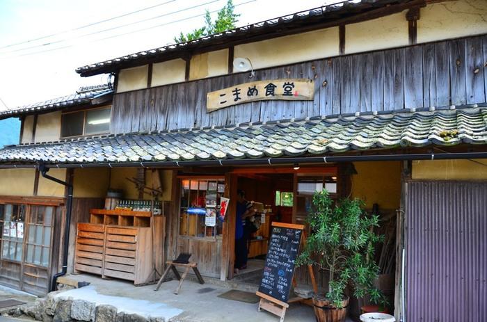「中山千枚田」の丁度真ん中辺りに位置するのは、「瀬戸内国際芸術祭」とともに誕生した「こまめ食堂」。芸術祭終了後に一旦閉店しましたが、リニューアルオープンし、来島者や地元の人々で賑わっています。