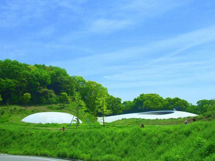 棚田地帯の一角に水滴の様な形をした白いドームが「豊島美術館」です。