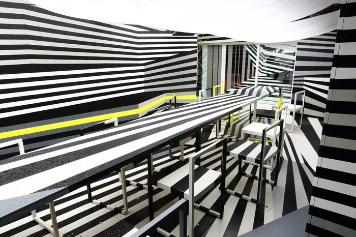 港に面した空き家を改装した『カフェ・イル ヴェント』。迷彩柄や水玉模様が内装に施された空間丸ごとが作品。