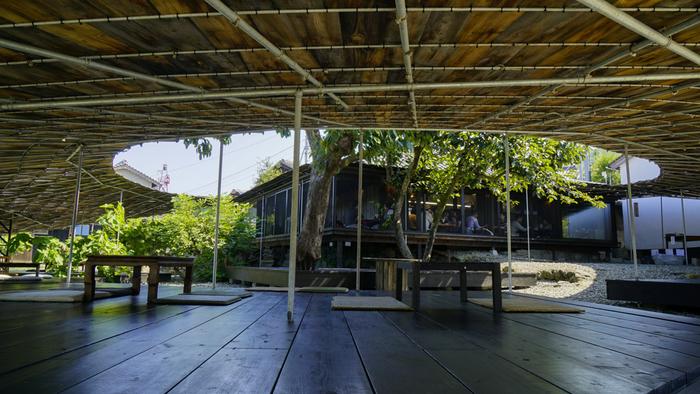 芸術祭で食とアートをテーマにした「島キッチン」は、建築家・安倍良が設計したレストラン。半屋外に席が設けられ、島の空気を十分に楽しみながら、のんびりと食事をすることができます。