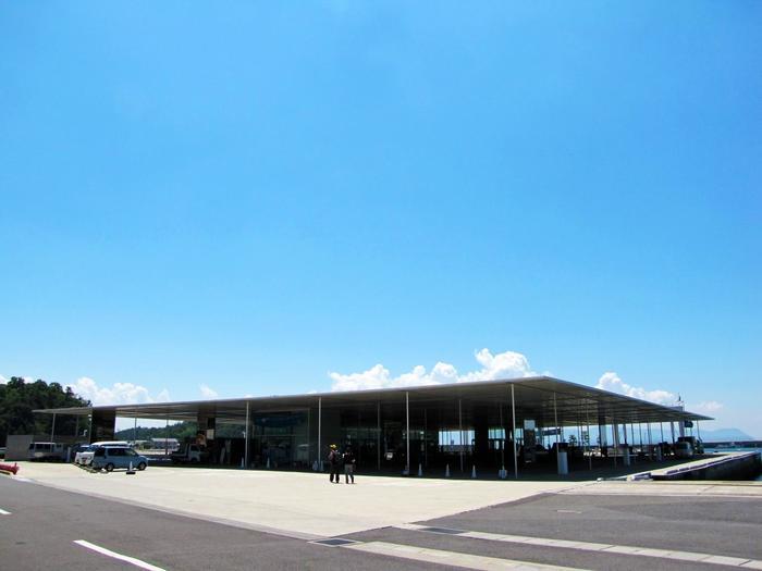 直島の玄関口にある、海の駅「なおしま」。2010年にプリッカー賞を受賞した「妹島和世+西沢立衛/SANAA」によって設計されました。ガラスと鉄骨からなる平屋の空間は、瀬戸内の風土とよく溶け込んだ開放的で軽やかな空間です。
