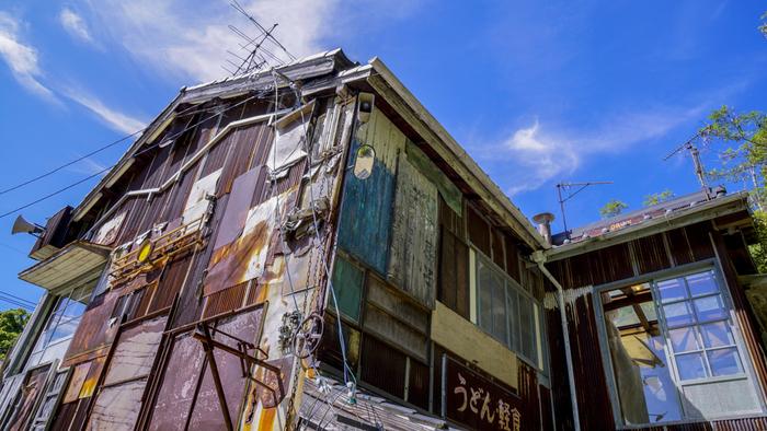「家プロジェクト」の作品は、古い町並みを歩きながら巡りましょう。 この作品は大竹伸朗の「はいしゃ」舌上夢/ボッコン覗。シュールな空間は元歯科医院兼住居だった建物。