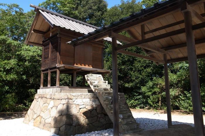 「護王神社」も家プロジェクトの一つ。 江戸期からの神社を杉本博司が自ら設計して改築しました。光学ガラスで作られた階段は、地下(石室)と地上(本殿)を繋いで一つの世界を形成しています。