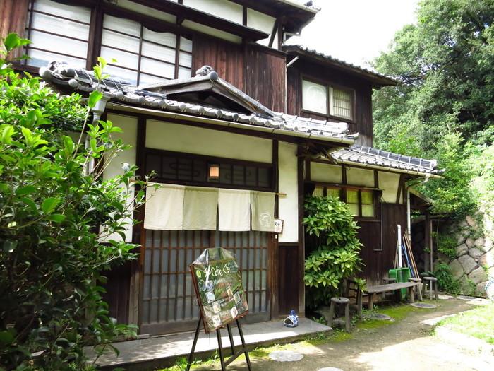 「家プロジェクト」の集まる本村地区にある「和CAFE ぐぅ」は、「香川大学直島地域活性化プロジェクト」の一環で運営されているカフェ。大学生たちが協働して、地場の産物を使ったご飯を提供しています。