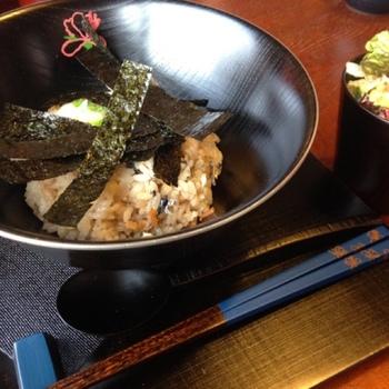 「ぐぅ」自慢のお昼ご飯は、讃岐いりこの出汁が効いた「ぐぅのいりこご飯」。いりこ飯は讃岐の郷土食。好みで出汁をかけて頂きます。
